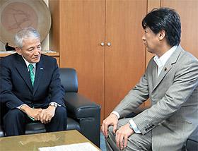 製薬協の多田会長(左)に再発防止の徹底を指示する田村厚労相