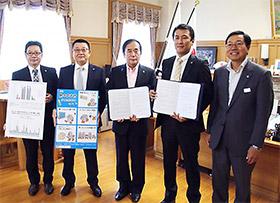 上田清司知事を中央に、埼玉県庁で行われた締結式