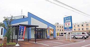 メッツ川崎薬局と隣接するナーシングホーム(右)