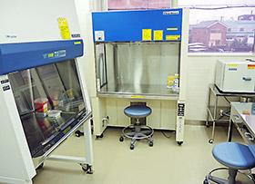 堺市薬会営薬局の無菌調剤室