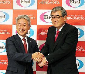 握手を交わす味の素の西井孝明社長(左)と内藤CEO