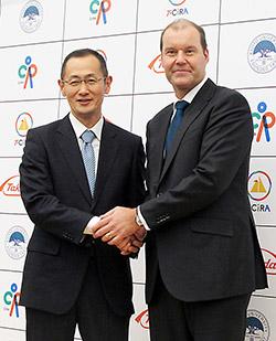 握手する山中所長(左)とウェバー社長