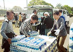 社員総出で支援物資を仕分け・配送する(三和化学)