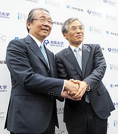 握手する左から中外製薬永山会長と阪大西尾総長