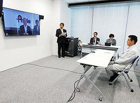 近藤理事長と対話する松井知事