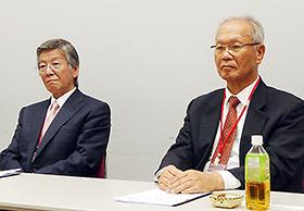 会見する吉田社長(左)と佐川会長