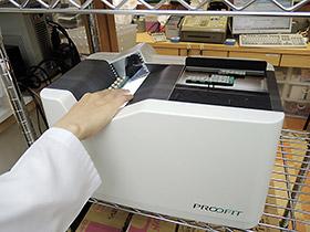 高度な画像処理技術によって、重なった束の状態のままのPTPシートの枚数や種類を正確に計測できる