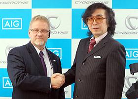 左からAIGジャパン・ホールディングスのロバート・ノディン社長兼CEO、サイバーダインの山海嘉之社長