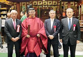 左から塩野元三氏、別所賢一宮司、土屋裕弘氏、塩野秀作副祭典委員長(塩野香料社長)