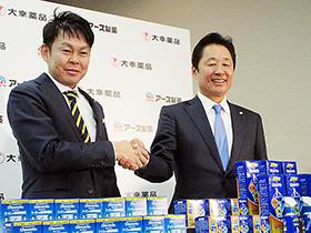 アース製薬の川端社長(左)と大幸薬品の柴田社長