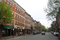 ビーコンヒルにあるチャールズ通り。おしゃれな店や美味しいレストランが軒を連ねています。