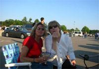 コンサート開始前の駐車場での一時。ポッキーやカクテルを手にご機嫌な友人たちです。