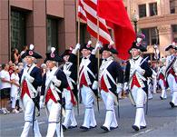 独立記念日コンサート以外にもたくさんの行事が行われます。写真は旧州会議事堂で行われた独立宣言宣誓式の再現後、独立軍当時の装束で行われたパレードの様子です。