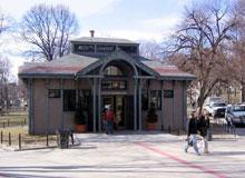 ボストンの中心地に大きな緑が広がるボストンコモンの歴史は、1634年まで遡り、独立戦争にも縁があります。その一角にある観光案内所が、フリーダムトレイルの出発点です。