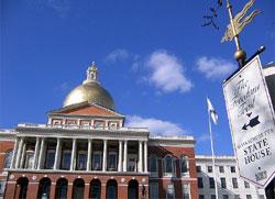 フリーダムトレイルをたどって最初に着くマサチューセッツ州会議事堂。1798年に竣工し、州の発展とともに拡張され現在も使用されています。