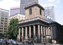 キングスチャペルは1688年にボストンで初めて建てられた英国式教会で、教会にしては珍しく塔がないのが特徴です。