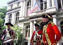 旧ボストン市庁舎(Old City Hall)は1862年に建てられ、1969年まで使用されておりました。歴史的建造物に指定され、広場では独立当初の衣装で演奏が行われることもあります。