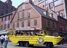 Old Corner BookstoreとDuck Tour。1712年に建てられ、今は宝石店になっていますが、昔はエマーソンやホーソンなどアメリカ文学者のたまり場になっていた本屋。その前を横切っているのが、観光名所を巡った後にチャールズリバーへ入りボストンを眺める、ボストン名物の水陸両用車ダックツアー。