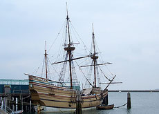 原寸大で復元され、プリマス港に浮かぶメイフラワー号。102名のピューリタンが乗って来たのですが、厳しい寒さに絶え翌秋の収穫期を迎えることができたのは50名ほどだったそうです。