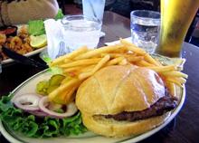 アメリカに降り立ちボストンまでの飛行機を待っている間に口にしたハンバーガー。日本の食事は美味しかったですが、ハンバーガーはやはりアメリカに軍配。でも、毎日この大きさをペロリと食べてしまうと……