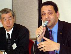 右がロビンスキー社長、左が栄木会長