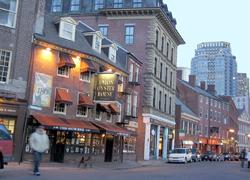 イタリア人街とも言われるNorth Endへ向かうフリーダムトレイルの一コマ。高層ビル群を背景に、1826年創業のレストランなど古い建物が続き、新旧入り交じったボストンを実感できます。