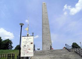 バンカーヒル記念塔(Bunker Hill Monument)。フリーダムトレイルの終点にあるこの塔は、独立戦争での激戦地であったバンカーヒルの戦いを記念し、1842年に完成したアメリカで最初のオベリスクです。