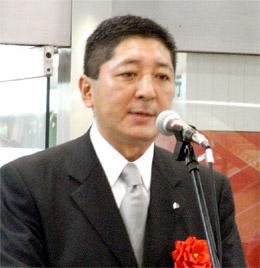 オープン記念式典であいさつする水島社長