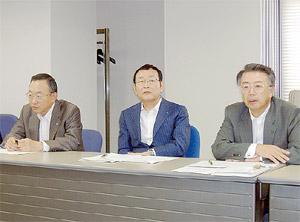 経営状況結果を発表する別所会長(中央)