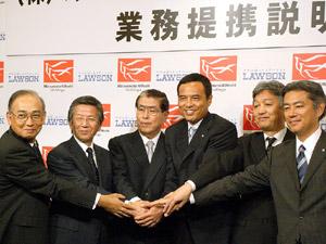 握手する両社幹部
