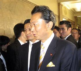 新総理に選出され議場を後にする鳩山氏