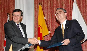 協定書を交わすウォレン駐日英国大使(左)と手代木塩野義製薬社長