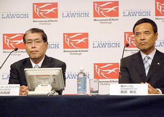 業務提携を発表するマツキヨHDの松本会長兼CEO(左)とローソンの新浪社長CEO(8月24日)