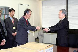 外口保険局長に陳情書を手渡す日本東洋医学会の寺澤会長