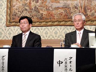 会見するグローウェルHD高田社長(左)とクオール中村社長