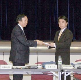 足立政務官(右)に答申書を手渡す遠藤会長