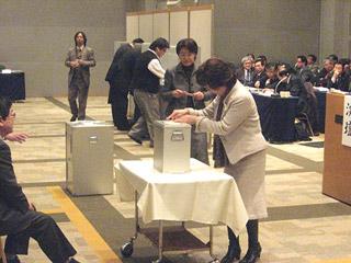 副会長選の投票をする代議員