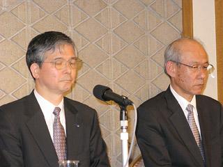 会見する田辺三菱製薬・土屋社長(左)とバイファ・藤井社長