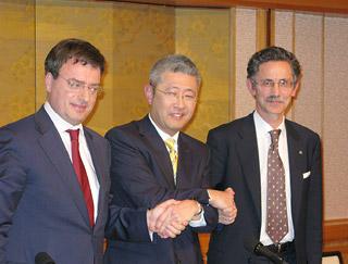 握手を交わす、左からシャーメイユ、田村、ショカの各氏