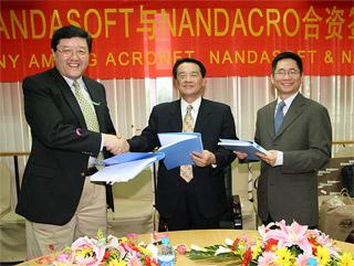 資本参加で合意するNANDASOFTの劉氏(左)、ACRONETの中森氏(中央)