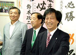 当選が決まり、選対本部へ駆けつけた藤井氏