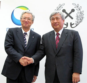 握手する中山社長(左)と柴理事長