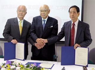 左から長坂東薬学長、臼井東京医大学長、水野工学院大学長