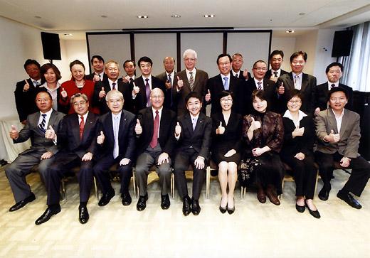 APSMI設立調印式での各国協会関係者(前列左から5人目が佐藤会長)