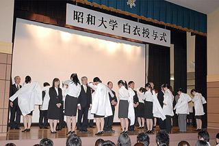 多くの大学で実務実習を前に白衣授与式が行われた(写真は昭和大学)