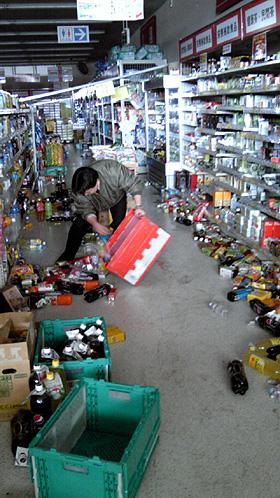 被災を受けた店舗では、倉庫などの混乱や店頭での対応に社員が懸命な対応を続けている。(写真はツルハホールディングス提供)
