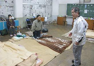 避難者に声をかける湯本第二中学校の澤井校長