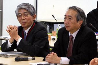 左から、専門家会合の松本座長と岡部座長代理