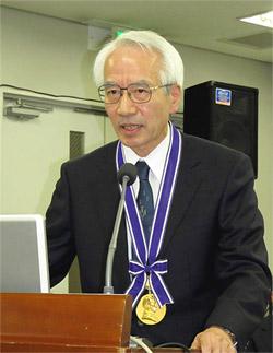 メダルと共に会頭を引き継ぎ、あいさつする西島正弘新会頭