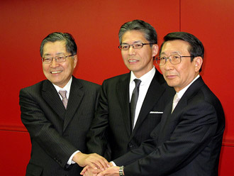 左から竹中会長、畑中新社長、野木森社長
